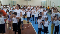 Parents and children in a sports gym in Uzbekistan